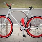 Cykel med aftagelig saddel der bruges til cykellås
