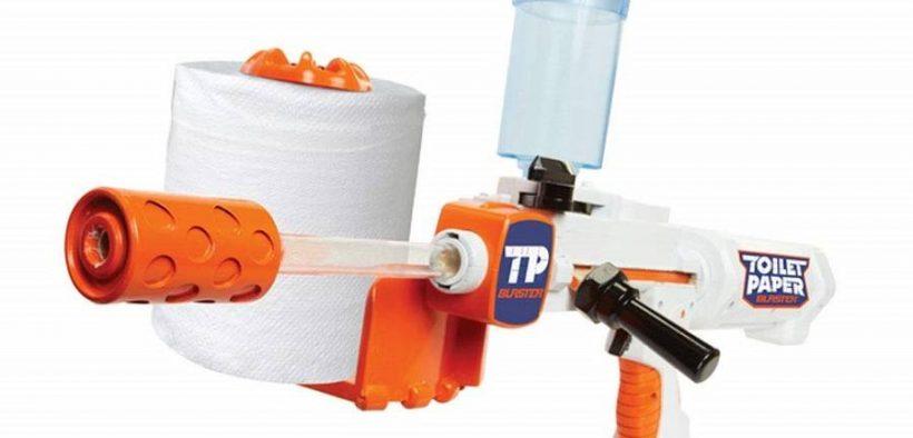 Skyder der skyder med toiletpapir stykker