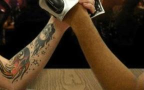 Armlægnings gadget der giver stød