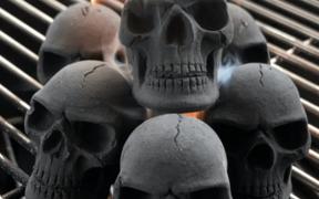 Grillkul formet som dødningehoveder